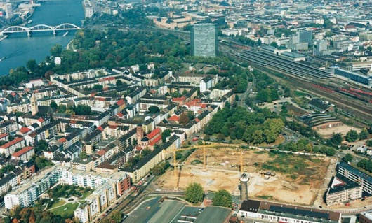 LanzCarré Bauplatz aus der Luft, Hauptbahnhof Mannheim im Hintergrund