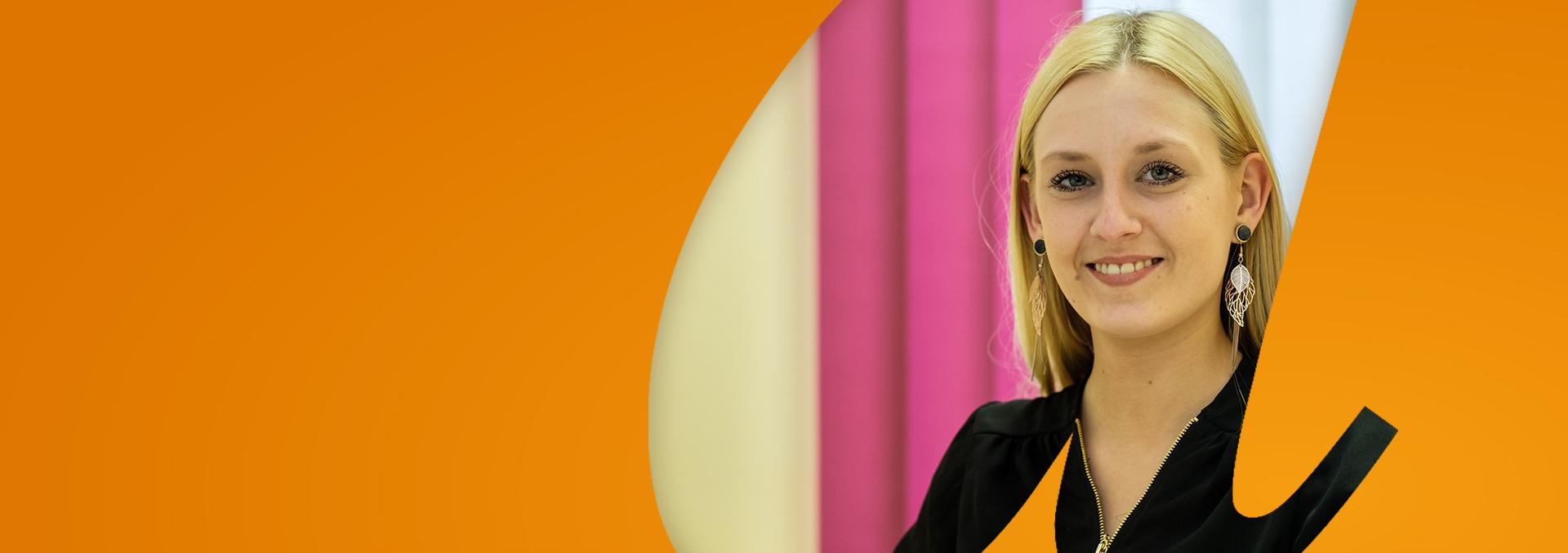 Ansprechpartner bei avendi: Eine blonde Dame mit Ohrringen und schwarzer Bluse lächelt in die Kamera