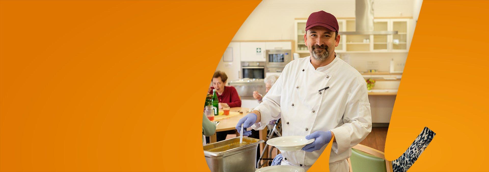 Ausbildung zum Koch, ein Koch schöpft Suppe in einen Teller.