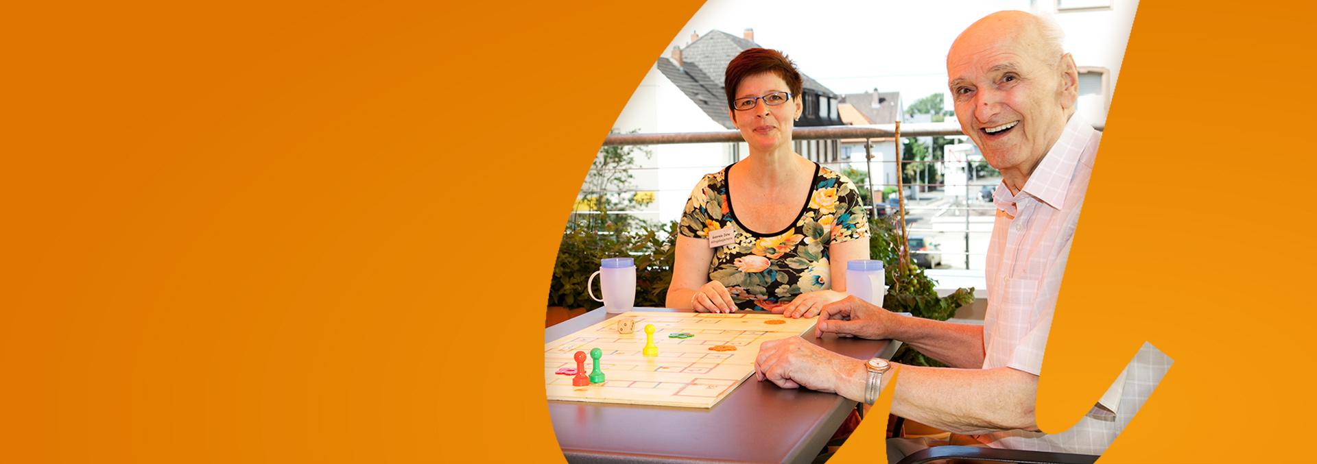 Standorte von avendi: Ein Bewohner und eine Alltagsbegleiterin beim Brettspiel.