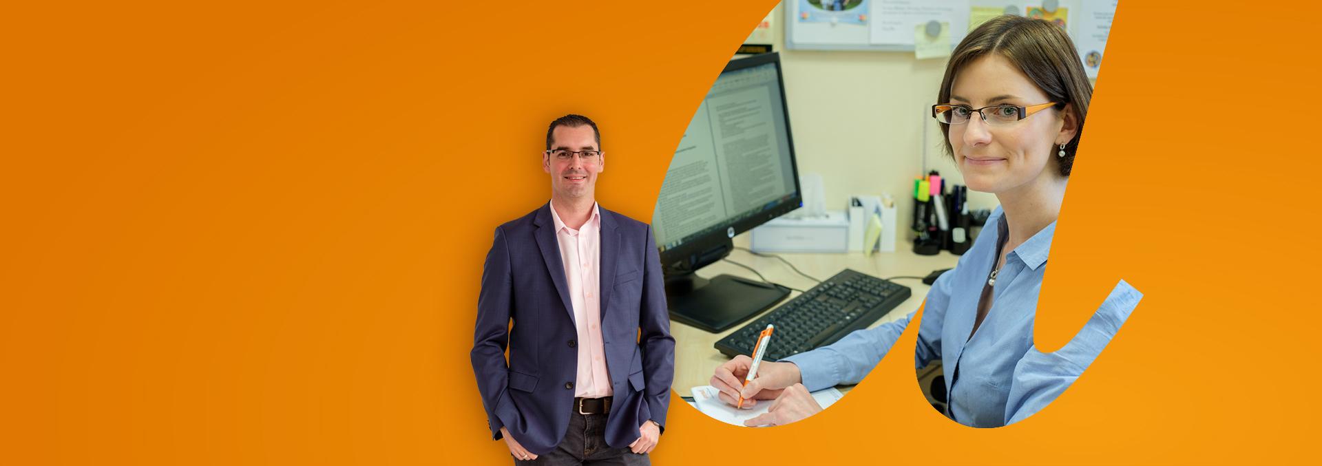 Studium BWL – Gesundheitsmanagement, eine Mitarbeiterin sitzt am PC und notiert etwas in einem Notizblock.