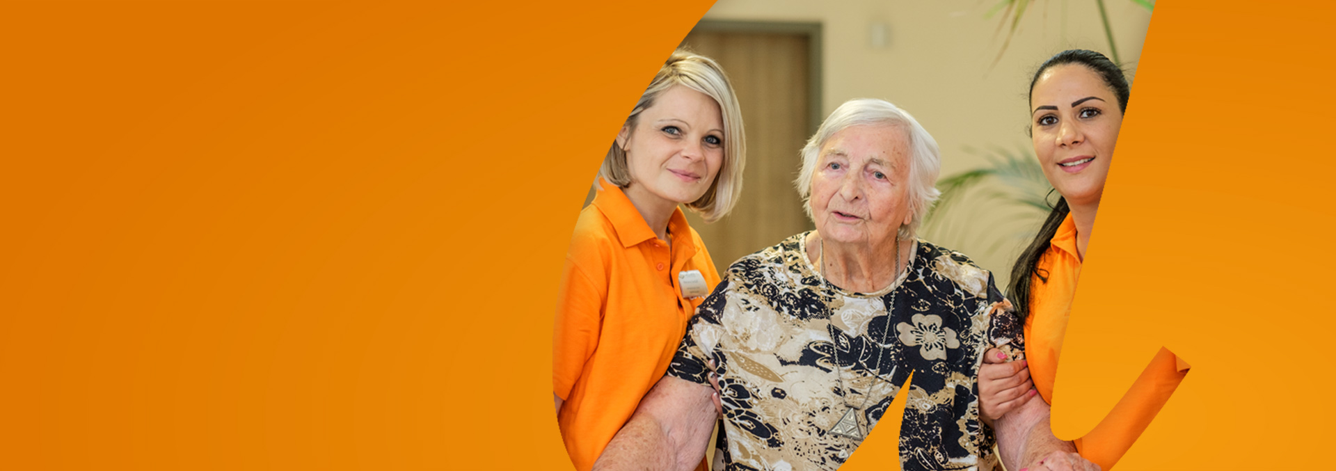 Wohnen in avendi-Einrichtungen: Eine Bewohnerin wird von zwei Pflegerinnen begleitet und gestützt.