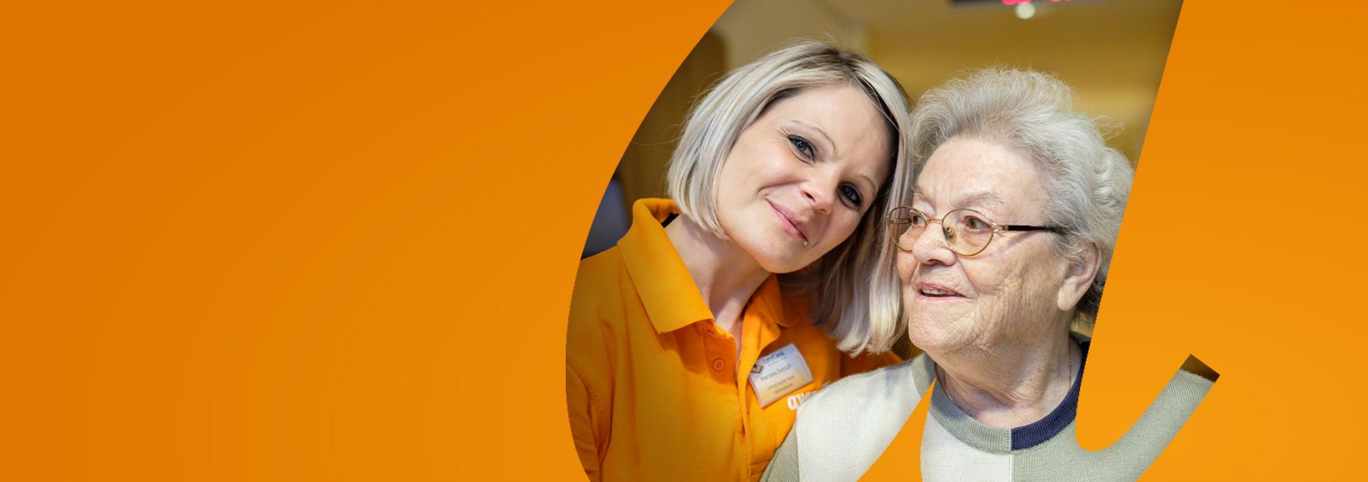 Pflege und Wohnen bei avendi; eine Pflegerin umarmt eine Bewohnerin