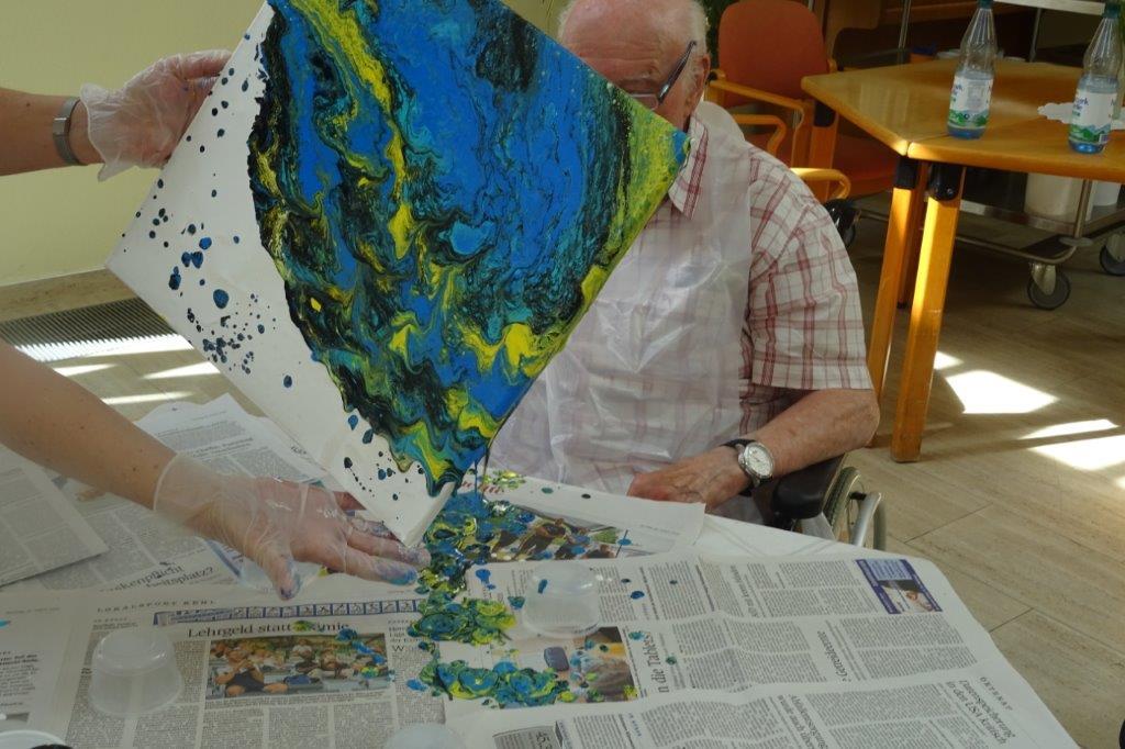 Durch Farbverläufe entstehen beim Acrylic Pouring bunte Kunstwerke.