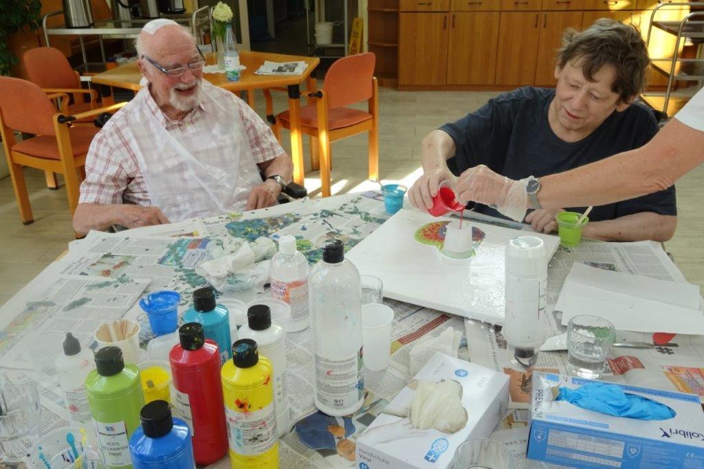 Beim Acrylic Pouring haben die Bewohner im avendi-Pflegeheim KINZIGALLEE Spaß
