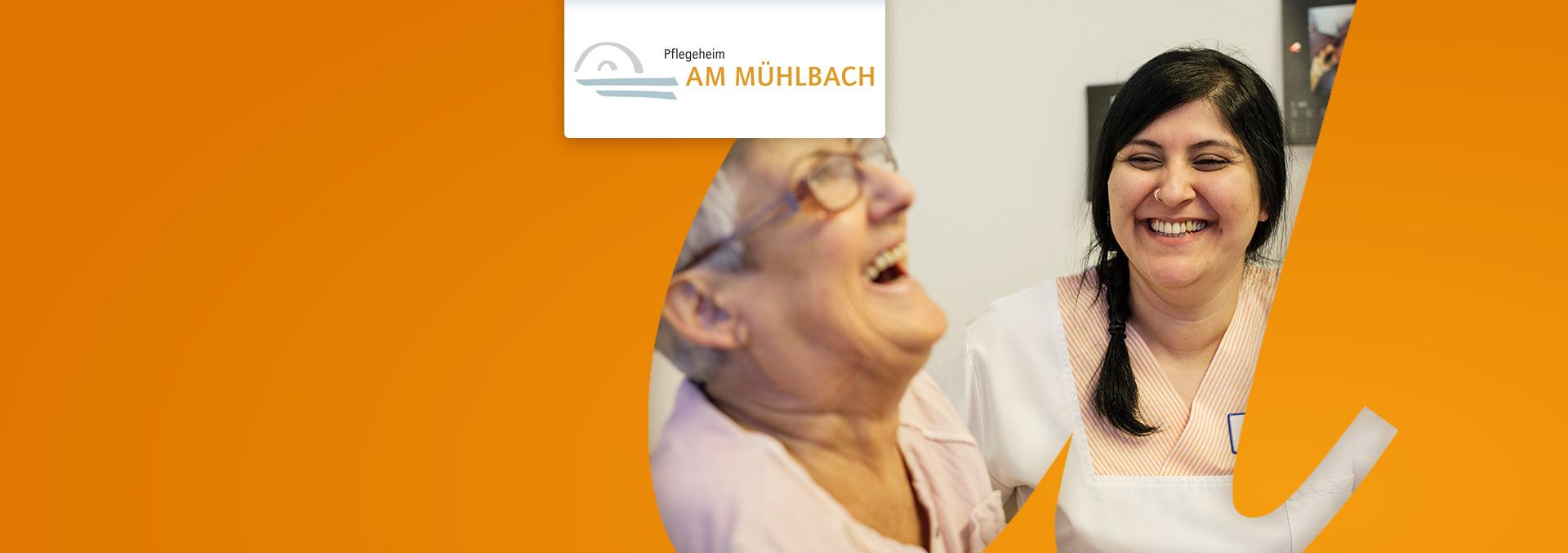 Pflegeheim Am Mühlbach, eine Pflegerin und eine Bewohnerin lachen gemeinsam.