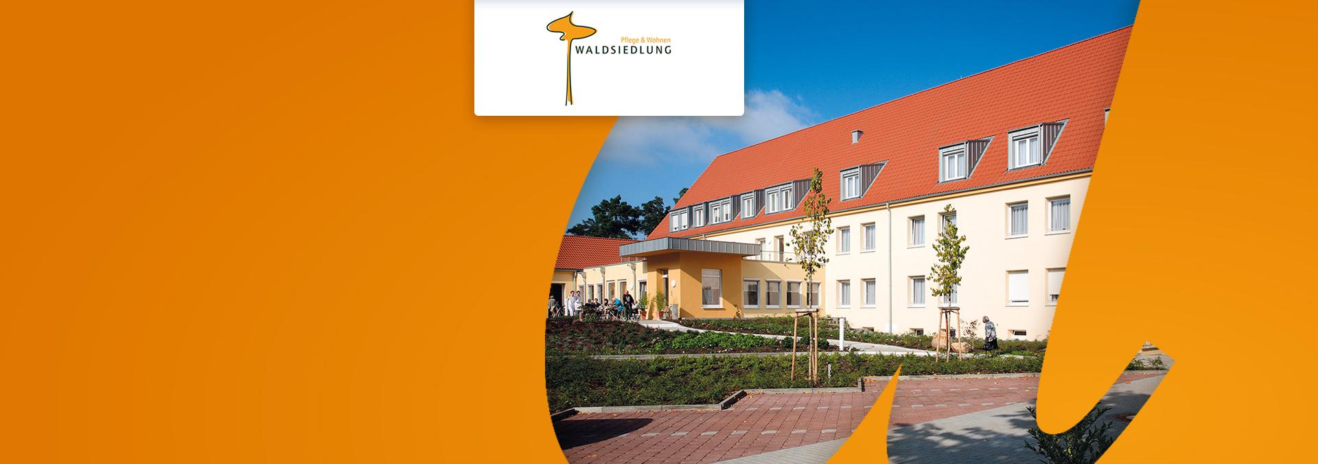 Pflege und Wohnen in der WALDSIEDLUNG: Eingangsbereich mit Terrasse und Grünanlage