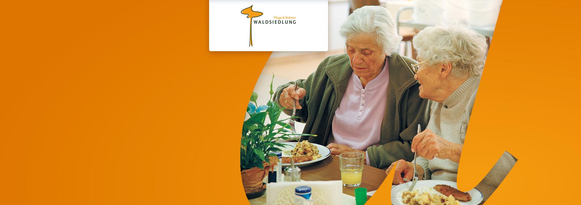 Pflege und Wohnen in der WALDSIEDLUNG: Zwei Bewohnerinnen unterhalten sich beim Essen.