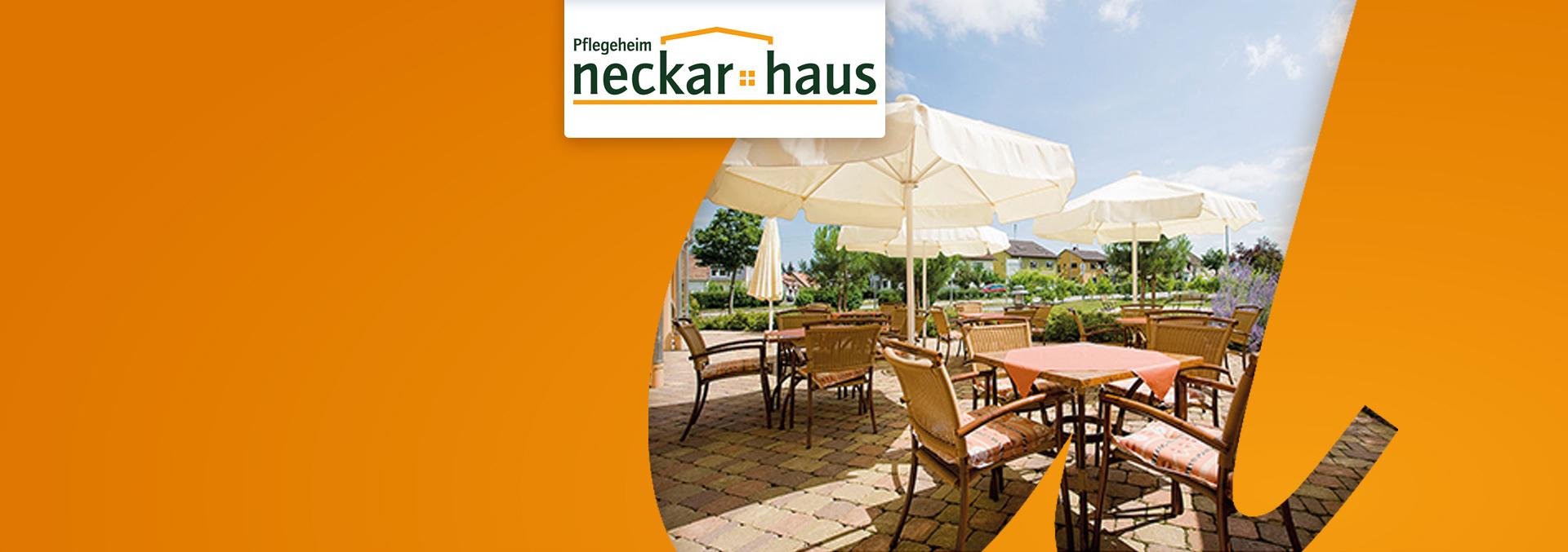 Terrasse des Pflegeheims Neckarhaus, weiße Sonnenschirme, hölzerne Tische und Stühle mit bunten Decken und Kissen.