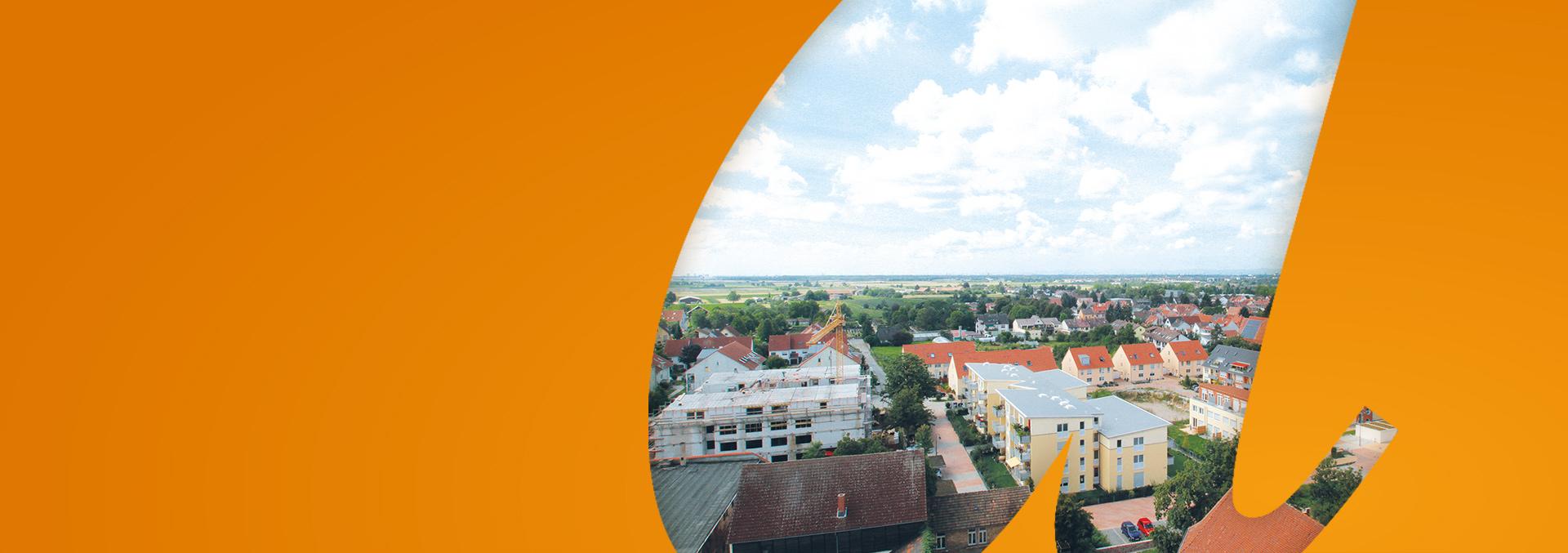 Services in Edingen-Neckarhausen: Panorama über die Dächer von Edingen unter blauem bewölktem Himmel