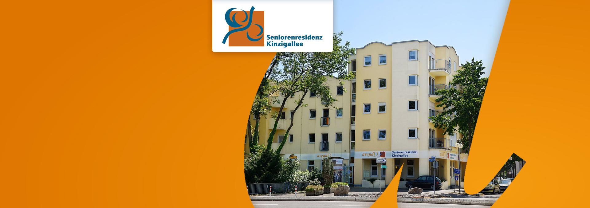 Wohnen in der Seniorenresidenz KINZIGALLEE: Fünfstöckiges gelbes Haus neben verkehrsberuhigter Zone, von Bäumen umgeben.
