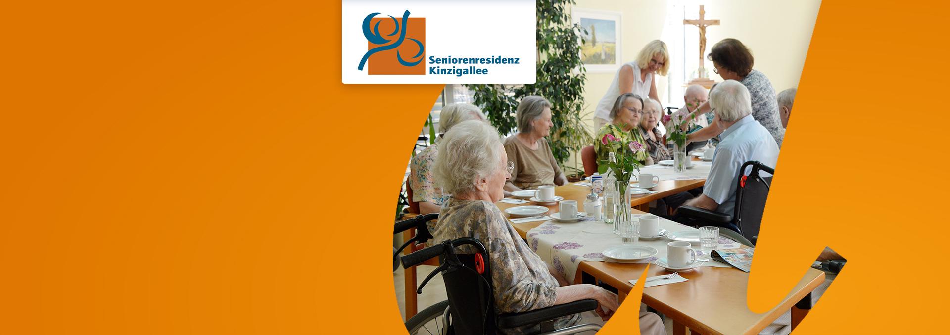Bewohner der Seniorenresidenz Kinzigallee sitzen beim Sommerfest am Tisch und warten auf Kaffee und Kuchen.