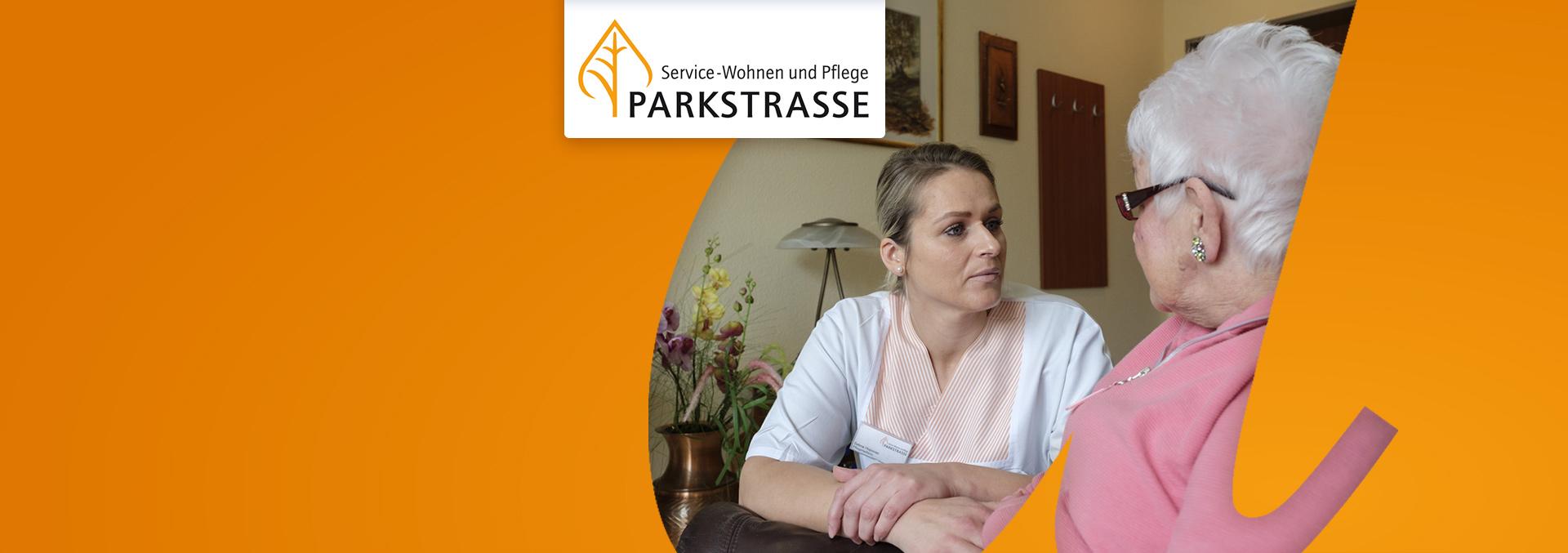 Service-Wohnen und Pflege in der Parkstraße: Eine Pflegerin hört einer Bewohnerin in einem Sessel zu