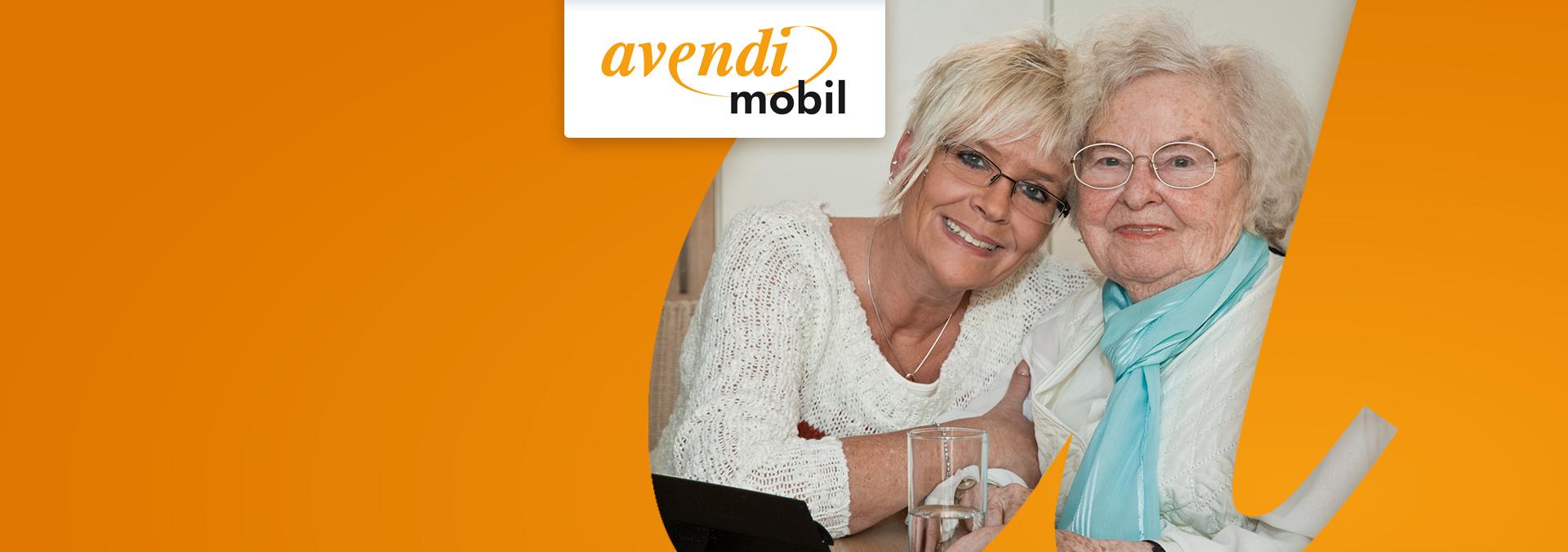 Beratung beim ambulanten Pflegedienst avendi mobil Mannheim: Eine Mitarbeiterin hält eine Bewohnerin im Arm, die beiden lächeln in die Kamera.