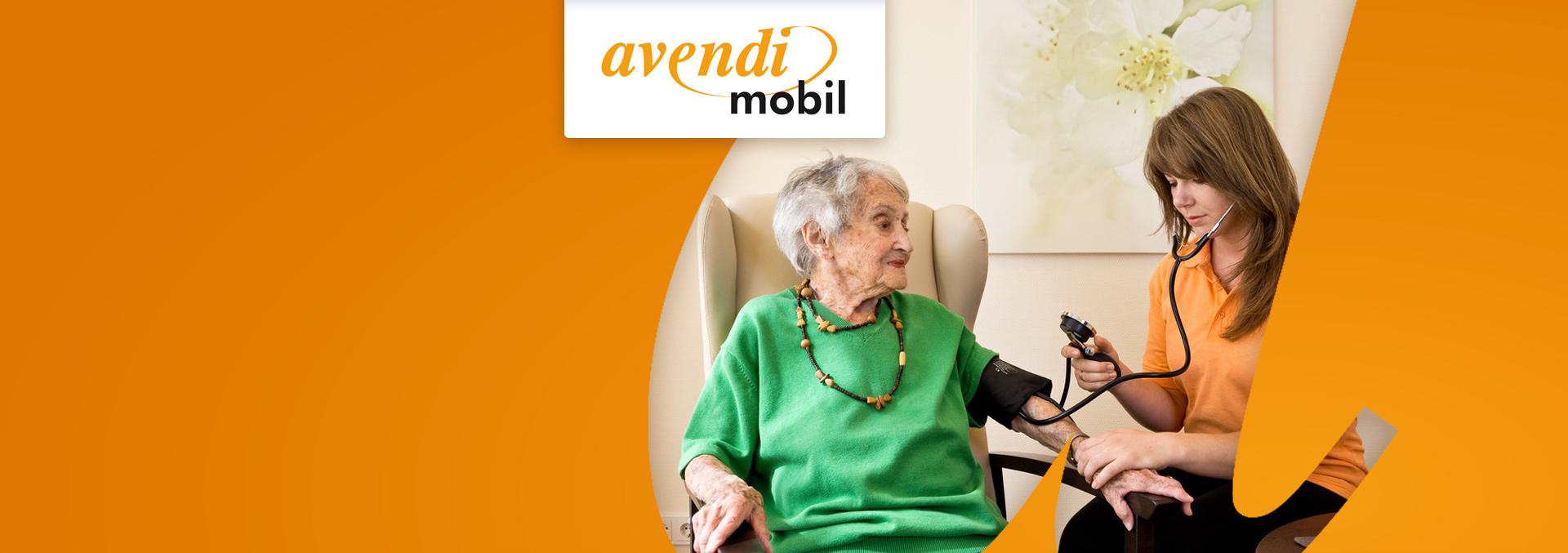 Service des ambulanten Pflegedienstes avendi mobil Mannheim: Eine junge Mitarbeiterin misst einer älteren Dame den Blutdruck.