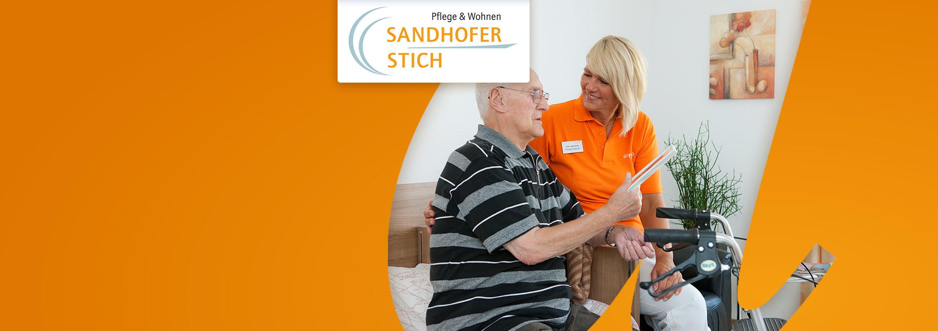 Pflege und Wohnen Sandhofer Stich: Eine Pflegerin leistet einem Bewohner Gesellschaft, der auf seinem Bett sitzt und über ein Bild redet, das er in der Hand hält.