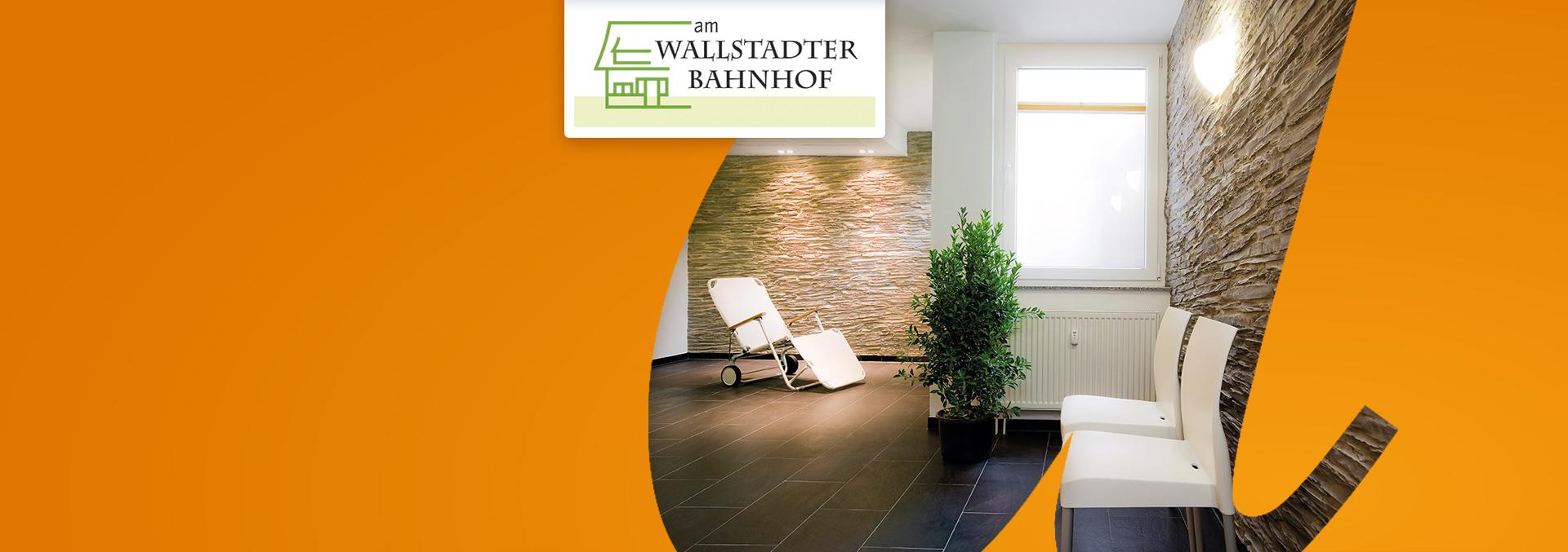 Pflegeeinrichtung Service-Wohnen AM WALLSTADTER BAHNHOF von innen, Warteraum mit weißen Sesseln auf dunklen Fließen, Wände aus Natursteinmauerwerk.