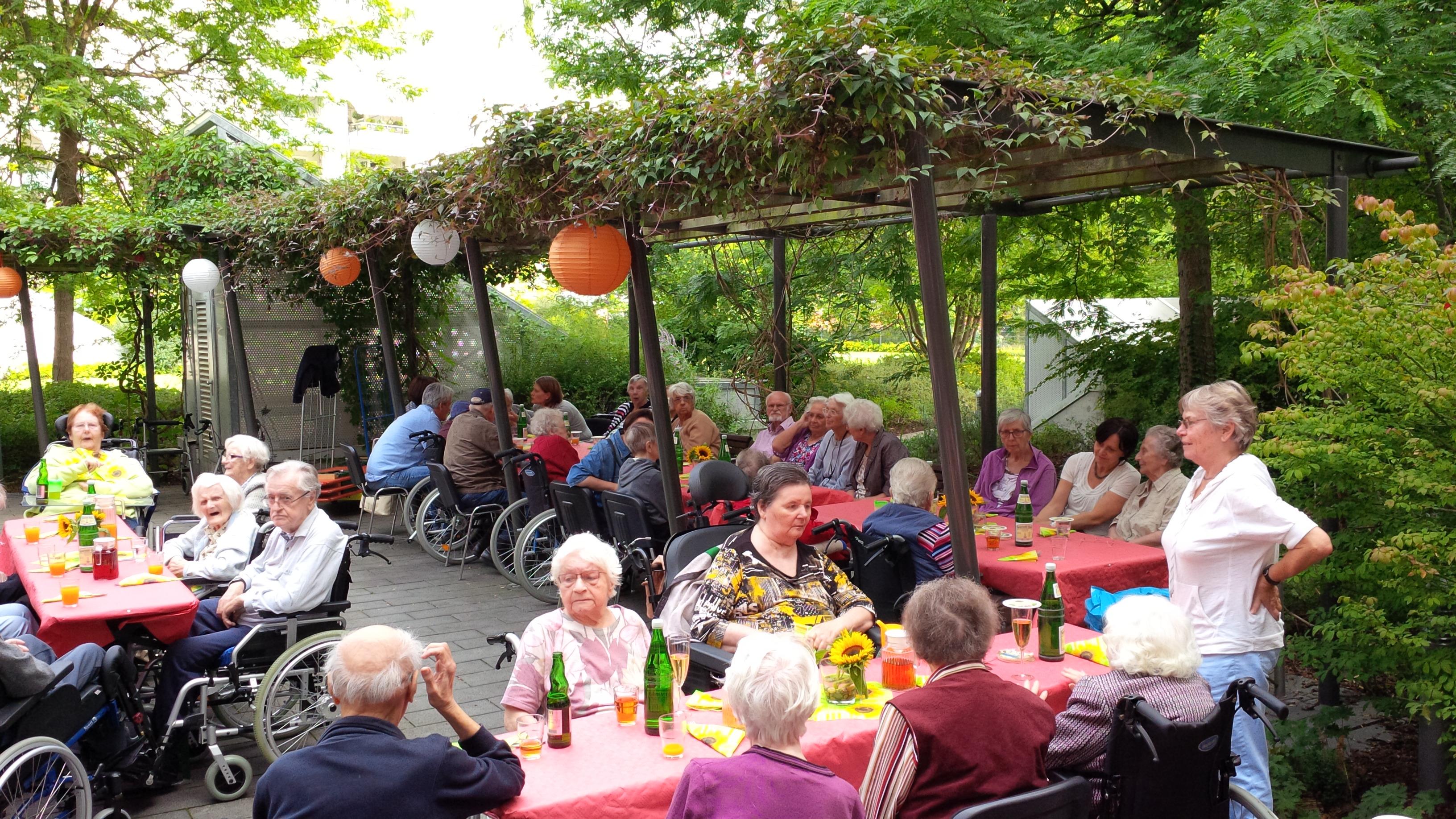 Grillfest 2015 im LANZGARTEN, Menschen an Tischen