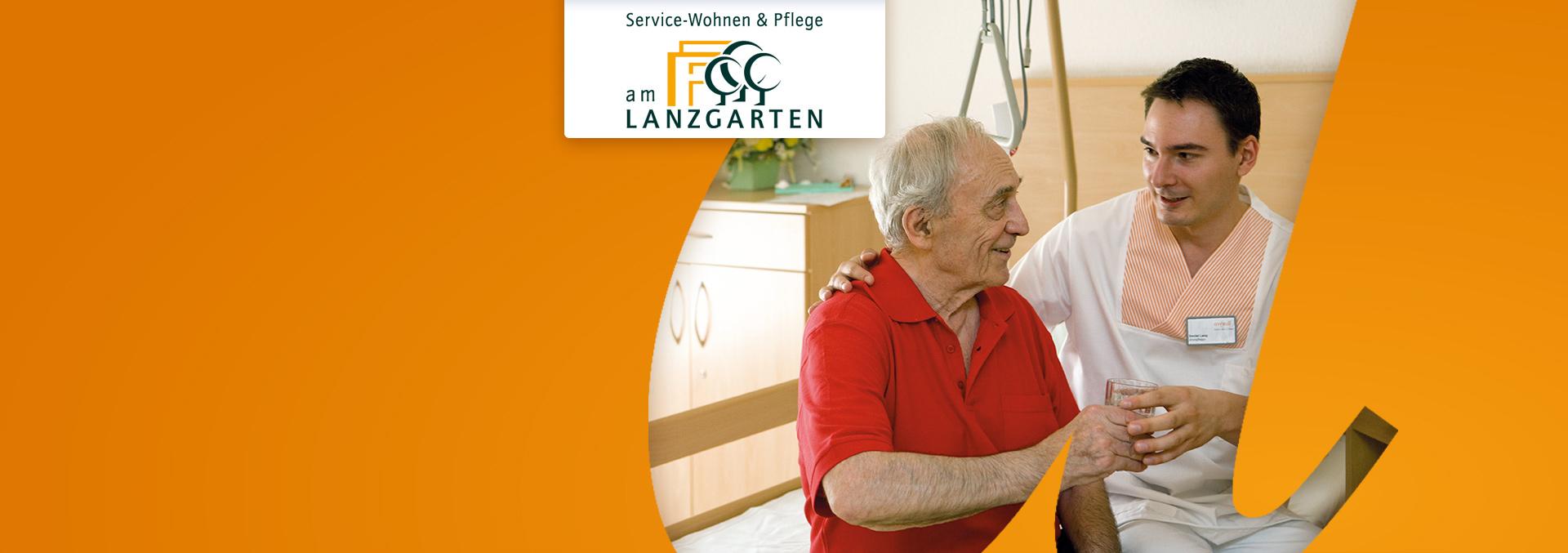Service-Wohnen und Pflege LANZGARTEN: Ein Pfleger sitzt neben einem Bewohner und reicht ihm ein Glas Wasser