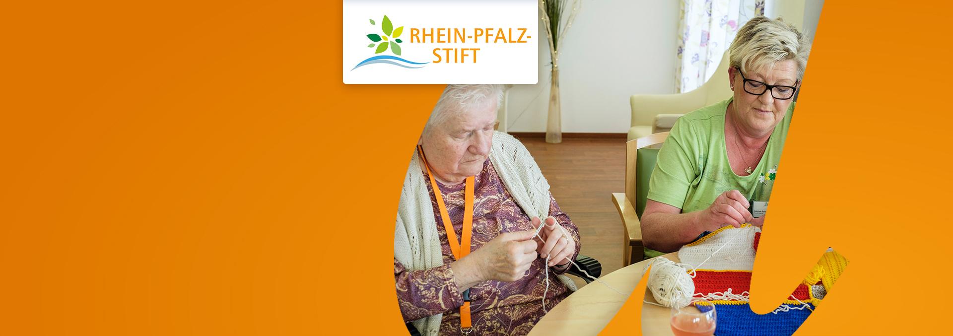 Pflege im Rhein-Pfalz-Stift: Bewohnerinnen und Pflegerin beim Stricken