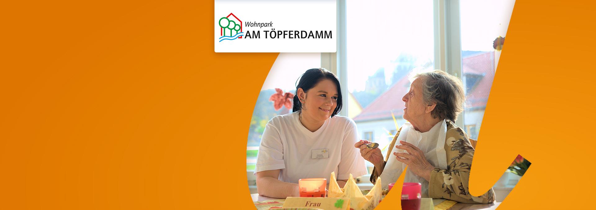 Wohnen im Wohnpark AM TÖPFERDAMM: Eine Bewohnerin und eine Pflegekraft unterhalten sich beim Essen