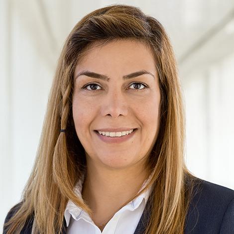 Ausbildungsleiterin Leila Shademani lächelt.